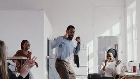 De rode Epische gelukkige mens die van de pret jonge Afrikaanse manager verbazende dansgang doen bij bureau het vieren carrière h stock video