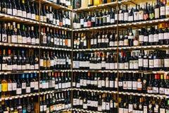 De rode Flessen van de Havenwijn op Supermarkttribune Royalty-vrije Stock Afbeeldingen