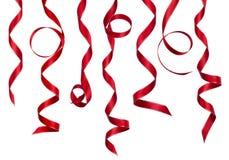 De rode gekrulde die inzameling van het decoratielint op wit wordt geïsoleerd Stock Foto's