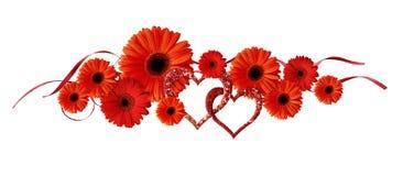 De rode gerberabloemen, schitteren harten en linten Royalty-vrije Stock Fotografie