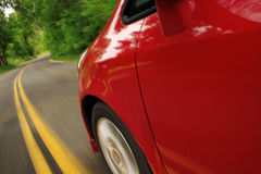 De rode geschikte auto van Honda in motie. Zijaanzicht. Stock Fotografie