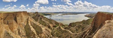 De de rode geul en rivier van de kleierosie Panoramisch geërodeerd landschap stock foto