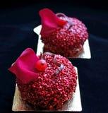 De rode geweven desserts met rode aalbesbessen en eetbare rood namen bloemblaadje toe stock fotografie