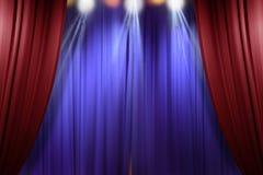 De rode gordijnen die van het theaterstadium voor levende prestaties openen Stock Afbeeldingen