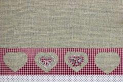 De rode grens van het plaidland met knipselharten op juteachtergrond Royalty-vrije Stock Fotografie