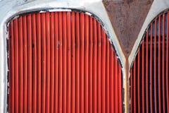 De rode grill van een bus of een vrachtwagen schilderde rood stock afbeeldingen