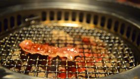 De rode grill van het dia ruwe rundvlees met fornuishoutskool stock videobeelden