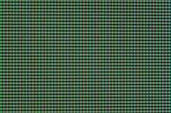 De rode, groene en blauwe pixel gloeien en het draai turkooise licht op de computermonitor stock afbeelding