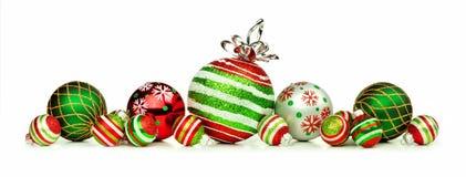 De rode, groene, en witte die grens van het Kerstmisornament op wit wordt geïsoleerd royalty-vrije stock afbeelding