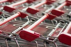 de rode groepering van supermarktkarretjes royalty-vrije stock fotografie