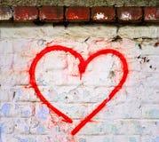De rode hand van het Liefdehart die op bakstenen muur grunge geweven achtergrond wordt getrokken Stock Fotografie