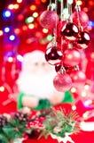 De rode hangende snuisterijen van Kerstmis met de Kerstman Royalty-vrije Stock Foto's