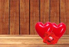 De rode harten en namen op houten lijst over houten planken toe backgroun Royalty-vrije Stock Afbeeldingen