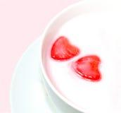 De rode Harten van de Liefde in Melk Royalty-vrije Stock Foto's