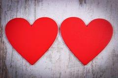 De rode harten van Valentine op oude houten witte oppervlakte, symbool van liefde Royalty-vrije Stock Afbeeldingen