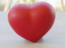 De rode harten vertegenwoordigen liefde elkaar Stock Afbeelding
