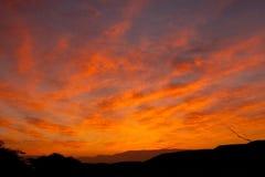 De rode hemel van de woestijn met wolken Stock Foto