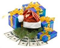 De rode hoed van de kerstman, giftdozen en geld Royalty-vrije Stock Foto's