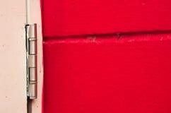 De rode houten achtergrond heeft scharnieren Royalty-vrije Stock Foto