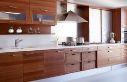 De rode houten bank van de keuken witte keuken Stock Foto's