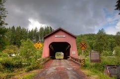 De rode houten Behandelde brug van Chitwood Stock Afbeeldingen