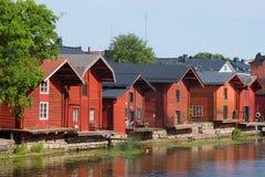 De rode houten schuren van weleer op de Porvonjoki-rivier, Juli-middag Porvoo, Finland royalty-vrije stock afbeeldingen