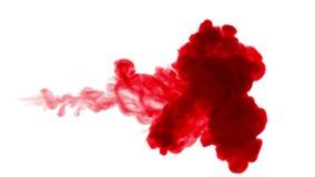 De rode inkt lost in water op witte achtergrond met lumasteen op 3d geef van computersimulatie terug De inkt spuit in water in stock videobeelden