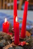 De Rode kaarsen voor Kerstmis op de lijst Royalty-vrije Stock Fotografie