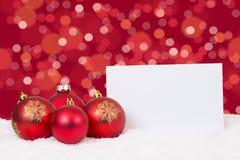 De rode kaart van Kerstmisballen wenst copyspace dit Stock Foto