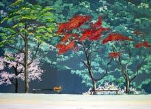De rode kat van parkbomen op een bank royalty-vrije stock afbeeldingen