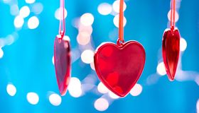 De rode Kerstmisornamenten, hart en bal, schitteren bokeh achtergrond met fonkelen lichten Vrolijke Kerstkaart De wintervakantie stock foto