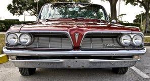 De rode klassieke auto bij een auto toont stock foto's