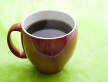 De rode Kop van de Koffie op Groene Achtergrond Royalty-vrije Stock Foto