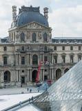 De rode kraan heft vensterwasmachines op tweede niveau van Louvrepaleis op Royalty-vrije Stock Foto's