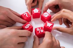 De Rode Kubieke Blokken van de mensenholding met Levendige Pictogrammen royalty-vrije stock afbeelding