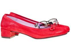 De rode lage schoenen en de oogglazen van de hielvrouw Stock Afbeeldingen