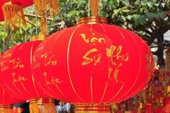 De rode lantaarns en de gelukkige punten zijn voor verkoop in het maan nieuwe jaar op de straat van Vietnam Royalty-vrije Stock Foto
