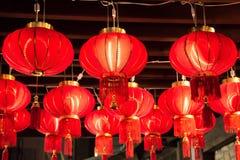 De rode lantaarns hangen op plafond tijdens viering Royalty-vrije Stock Foto