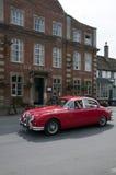 De rode leeuw in lacockdorp met de oude Auto van Jaguar Royalty-vrije Stock Afbeeldingen