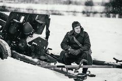 De rode Legermilitair zit op het deelkanon M1942 ziS-3 van 76 mm Royalty-vrije Stock Afbeelding