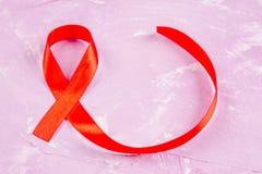 De rode lintvoorlichting voor Wereld helpt dagconcept Stock Foto's