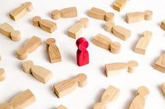 De rode man bevindt zich onder de vele liggende cijfers van mensen Het concept selectiviteit en uniciteit, talent Leider, leiding royalty-vrije stock afbeelding