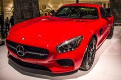 De rode Mercedes-auto op luxeauto toont Royalty-vrije Stock Afbeeldingen