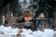 De rode militair die van de Legerinfanterie zijn PPSh-machinepistool schieten Stock Afbeelding
