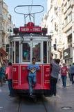 De rode Nostalgische Tram van Taksim Tunel op de istiklal straat Istanboel, Turkije Stock Afbeeldingen