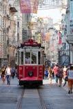 De rode Nostalgische Tram van Taksim Tunel op de istiklal straat Istanboel, Turkije Stock Afbeelding