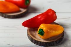 De rode oranjegele zoete groene paprika's op lijst sluiten omhoog Stock Foto