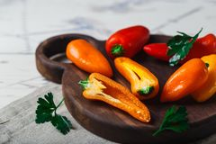 De rode oranjegele zoete groene paprika's op lijst sluiten omhoog Royalty-vrije Stock Foto's