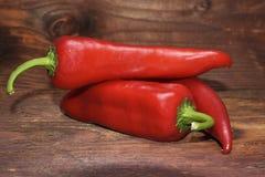 De rode organische paprika op houten achtergrond Royalty-vrije Stock Afbeelding