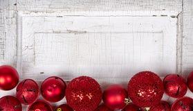 De rode ornamenten van Kerstmis op houten paneel Royalty-vrije Stock Fotografie